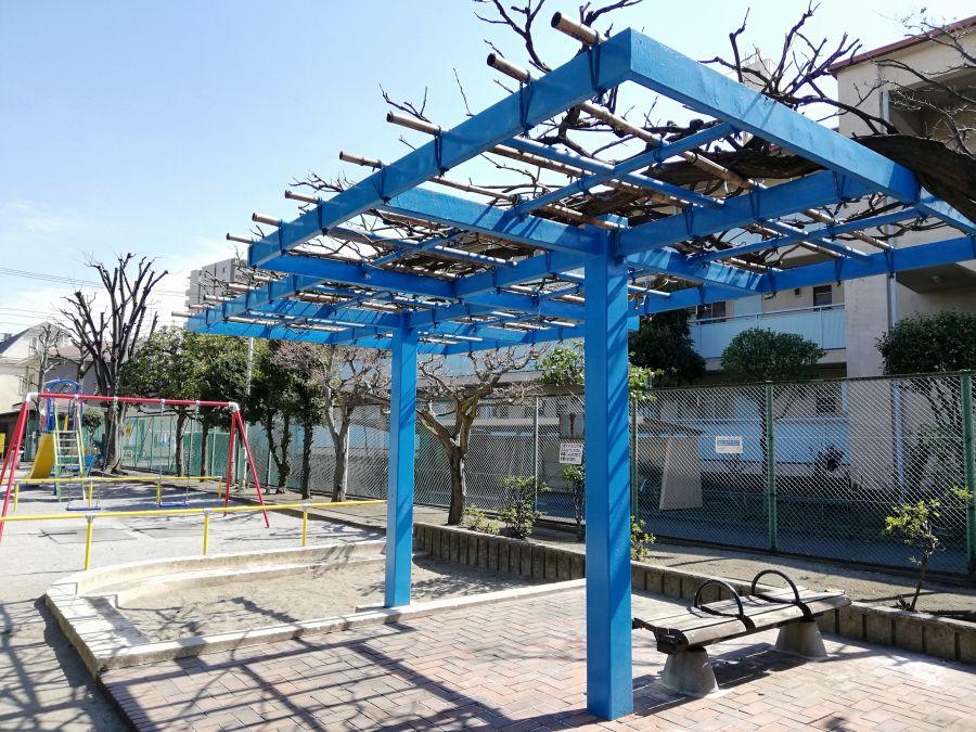 本羽田本町公園 棚のあるベンチ